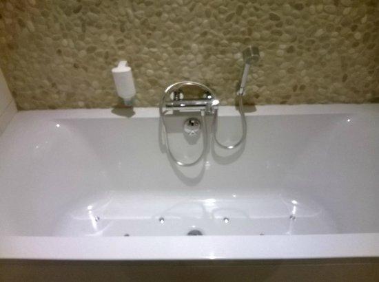 la baignoire bain remous photo de hotel du commerce. Black Bedroom Furniture Sets. Home Design Ideas