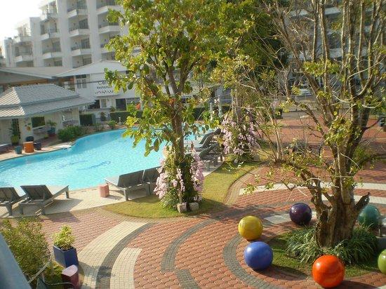Cera Resort Chaam: Вид на бассейн и ресторан