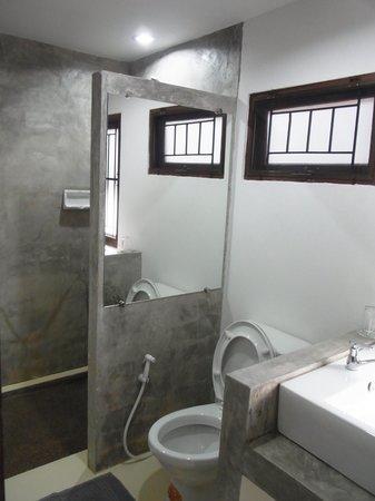 TR Residence: bathroom