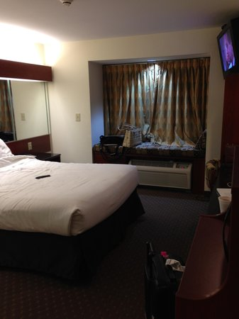 Microtel Inn & Suites by Wyndham Indianapolis Airport : tiny little room