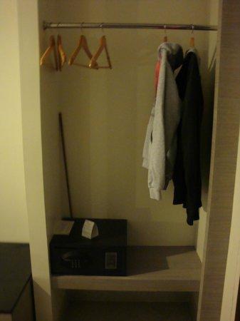 Bella Express Hotel: Что-то вместо шкафа и сейф