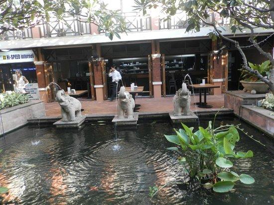Rambuttri Village Inn & Plaza: двор
