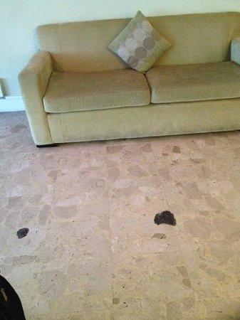 Holiday Inn Brighton - Seafront: Nasty sofa in the lobby