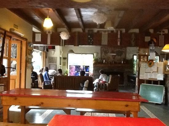 Hostel La Angostura: sala de TV tomada desde el desayunador