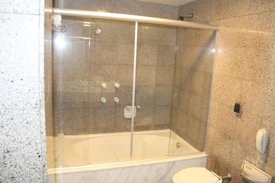 Bourbon Curitiba Convention Hotel: Banheiro e banheira