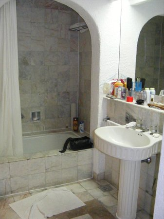 Tesoro Manzanillo: Bathroom looked lovely but there was some mold and tub needed replacing