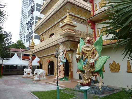 Dharmikarama Burmese Temple: The big tower