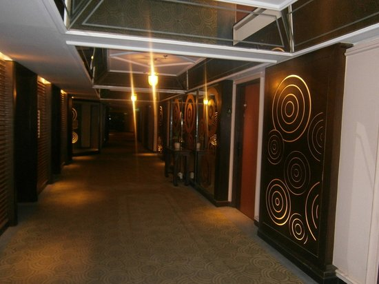 Ramada Plaza Bangkok Menam Riverside: HOTEL CORRIDOR