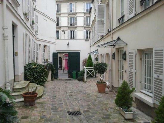 Hôtel des Grandes Ecoles : Vista verso l'entrata