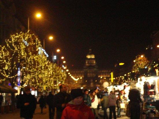 Hotel Elysee: Plaza Wenceslado al fondo el Museo, todo de feria navideña