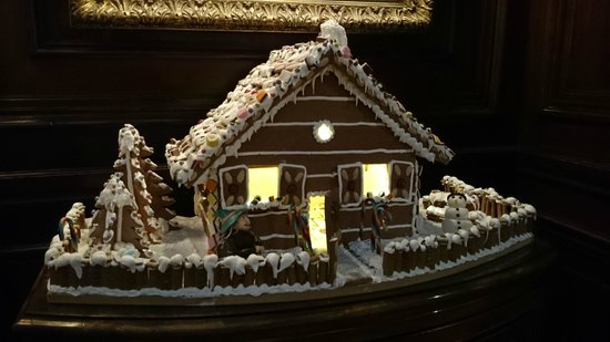 Restaurant Anna Sacher: Gingerbread House decorating one of the lobbies
