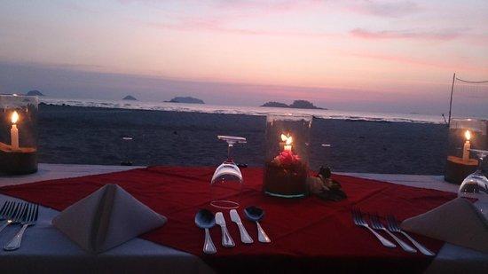 Centara Koh Chang Tropicana Resort: Middag i sandsofa