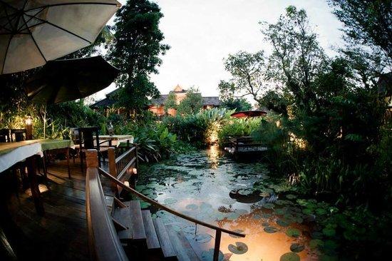 Oriental Siam Resort: Garten + Frühstücksbereich