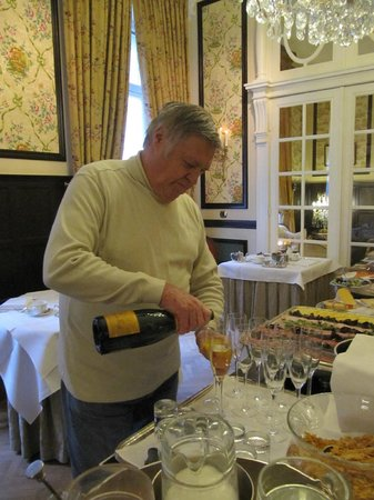 Hotel Heritage - Relais & Chateaux: Pouring Champagne