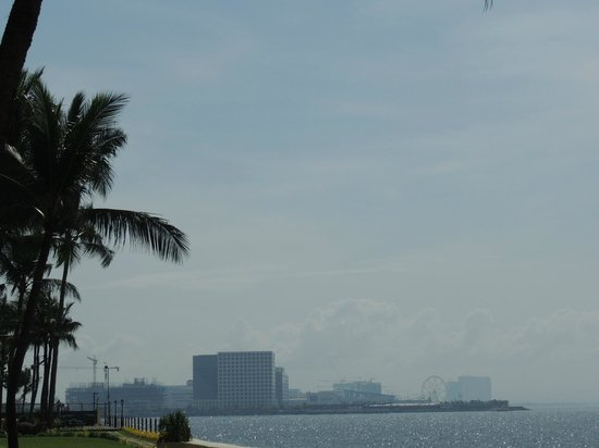 Sofitel Philippine Plaza Manila : View from the lawns1