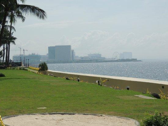 Sofitel Philippine Plaza Manila: View from the lawns