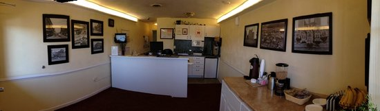 Luxbury Inn & Suites : Lobby & Breakfast area