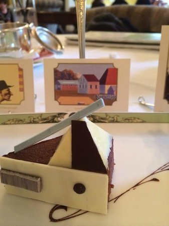 The Merrion Hotel: Art Tea pastry and art based on