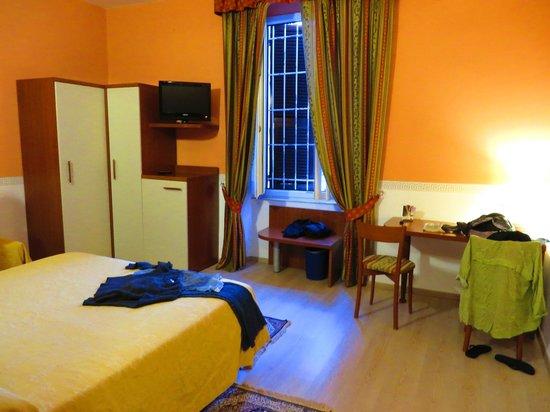 Hotel Genova: Notre chambre: 1 lit double + 1 lit simple