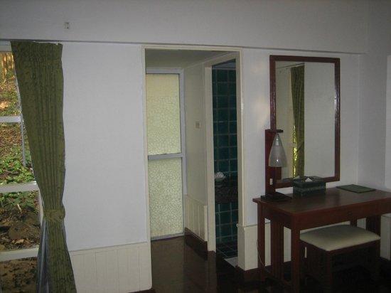 Sappraiwan Grand Hotel & Resort : Entry to bathroom