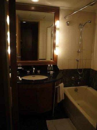 Swish-Hotel Dalian: 少々古いバスルーム