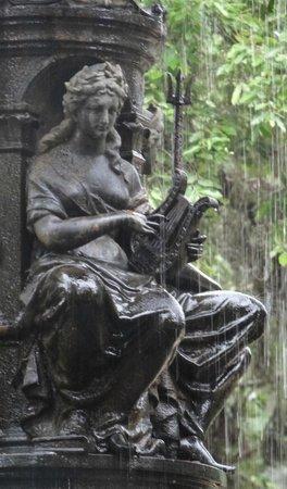 Botanical Garden (Jardim Botanico): Uma da esculturas do chafariz
