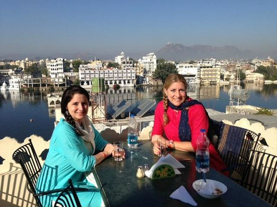 Jaiwana Haveli : Eating breakfast on the rooftop...beautiful!!