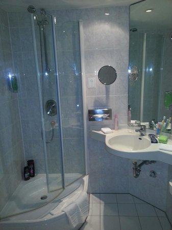 Carat Hotel & Apartments München: Banheiro limpo onde tudo funciona.