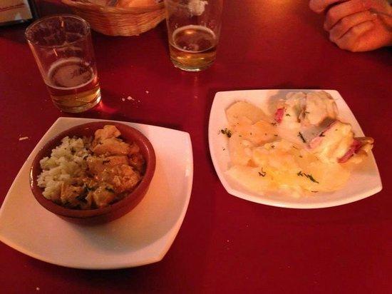 Carmela : Pollo al curry e pincho de pollo con patate, panchetta e formaggio