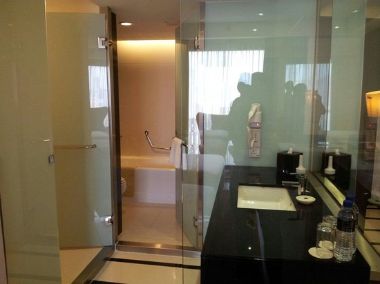 Concept Shower Bath separate shower and bath tub. open concept. - picture of seri