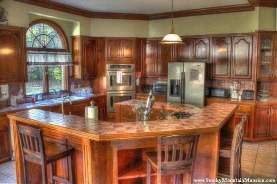 Smoky Mountain Mansion: Spacious Kitchen in Mansion
