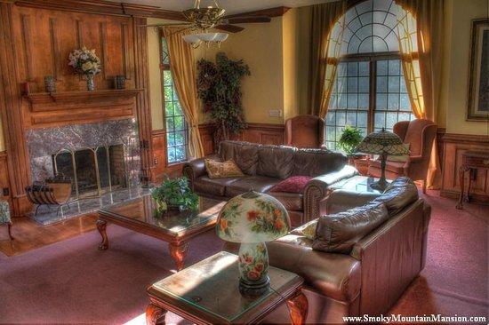 Smoky Mountain Mansion: Living Room