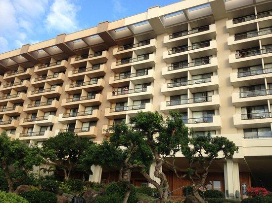Hyatt Regency Maui Resort and Spa: Tower (being painted)