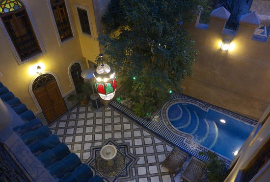 Riad Layalina Fez: Evening view of the courtyard from our room