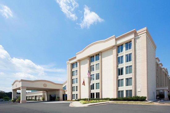 Radisson Hotel North Baltimore: Hotel Exterior