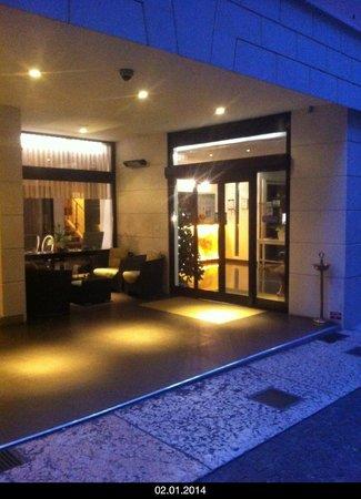 Hotel Milano : Вход в отель