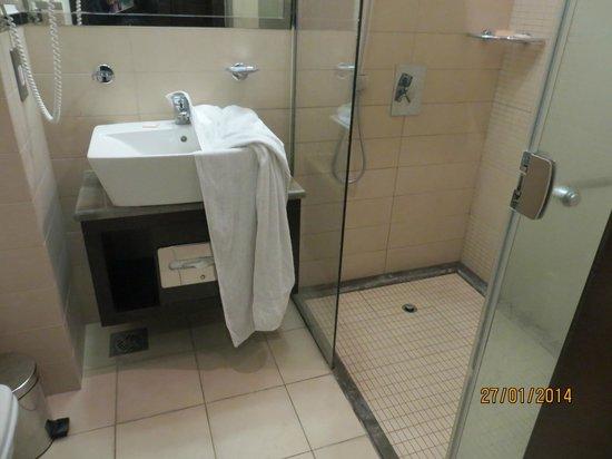Safir Doha Hotel: Bathroom
