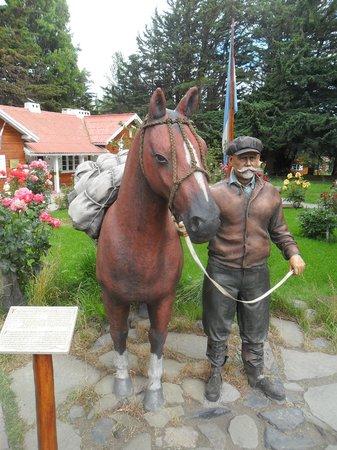 Intendencia Parque Nacional Los Glaciares: Estatua de la entrada