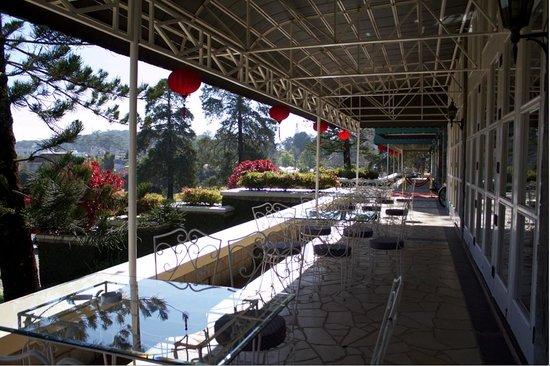Dalat Palace Heritage Hotel: Outside Seating Area  of the Restaurant