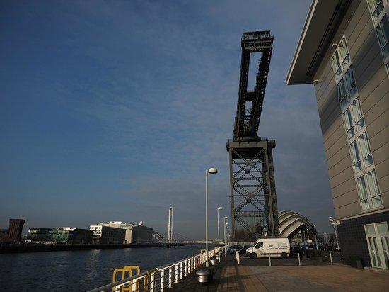 Hilton Garden Inn Glasgow City Centre: Finnieston Crane overlooking Hotel and River Clyde