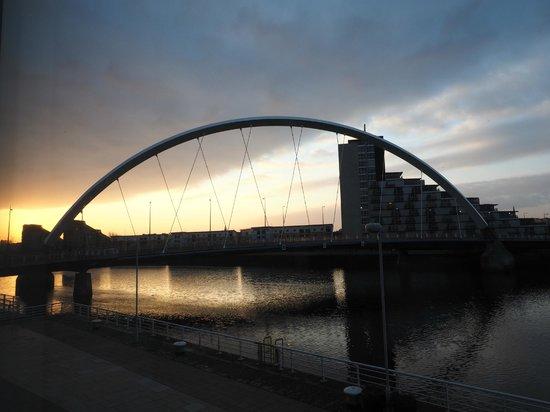 Hilton Garden Inn Glasgow City Centre: View of Squinty Bridge at Dawn