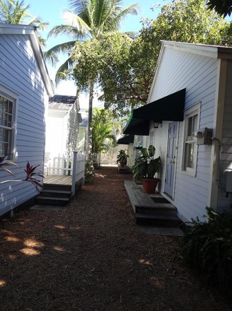 Key Lime Inn Key West: Pathway to some of the cottages