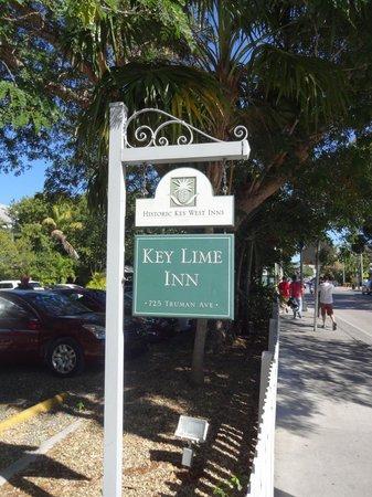 Key Lime Inn Key West: Sign near the road