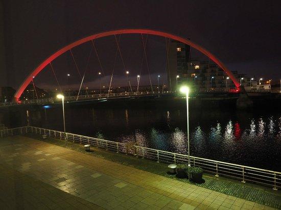 Hilton Garden Inn Glasgow City Centre: Squinty Bridge at Night