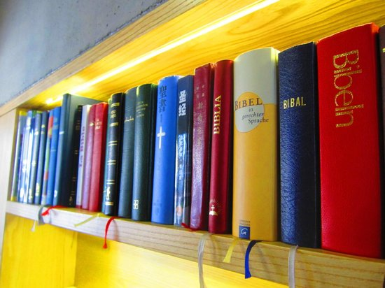Kamppi Chapel of Silence : Библии на разных языках