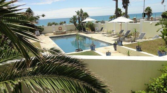 The Beach Hotel: Poolen. Fotot taget från rummet