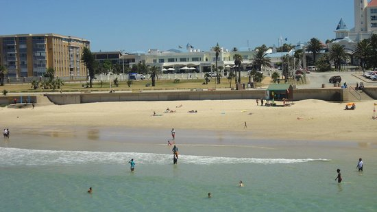 The Beach Hotel: Stranden med hotellet i bakgrunden