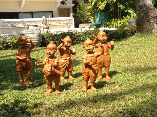 Santhiya Tree Koh Chang Resort: Такие фигурки по всему отелю