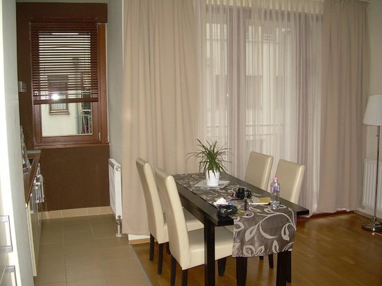 Senator Apartments Budapest: Balcone visto dal soggiorno e finestra cucina