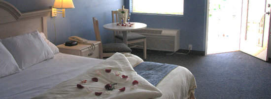 South Beach Resort Hotel: King Room with Private Balcony with Water View and Jacuzzi